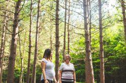 dames qui marchent en forêt
