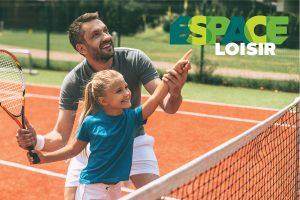 Père et fille jouant au tennis