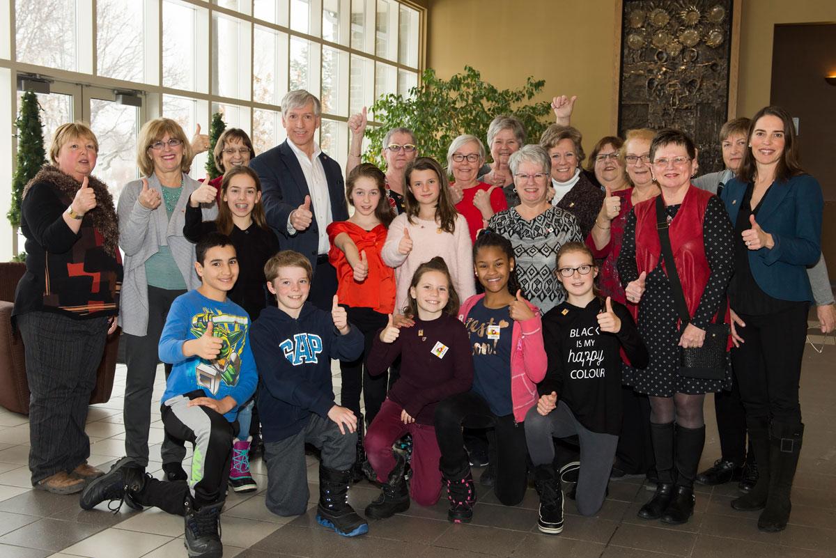 Le maire, monsieur Martin Murray, est entouré des bénévoles du Cercle de Fermières Saint-Bruno-de-Montarville et d'élèves de 6e année de l'école Albert-Schweitzer (groupe du jour).