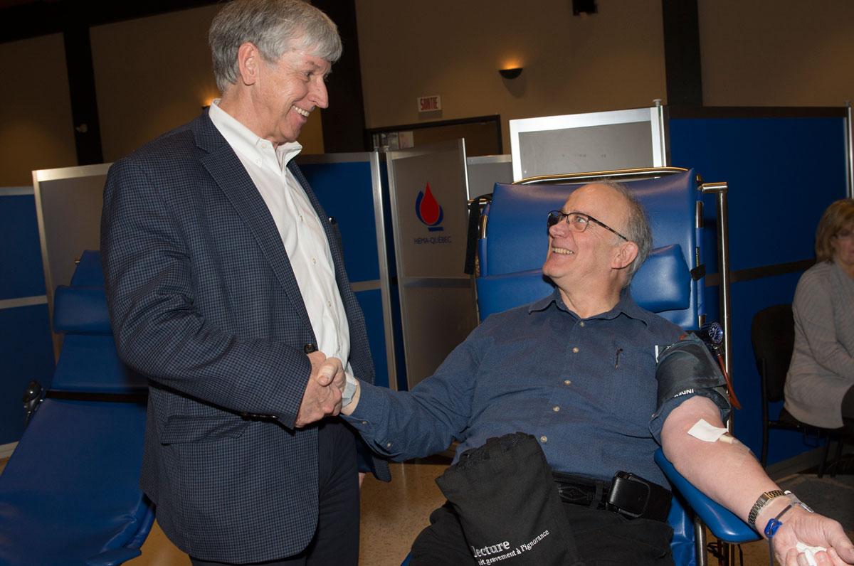 Monsieur A. Richard Brosseau effectue son 203e don complet de sang en compagnie du maire, monsieur Martin Murray.